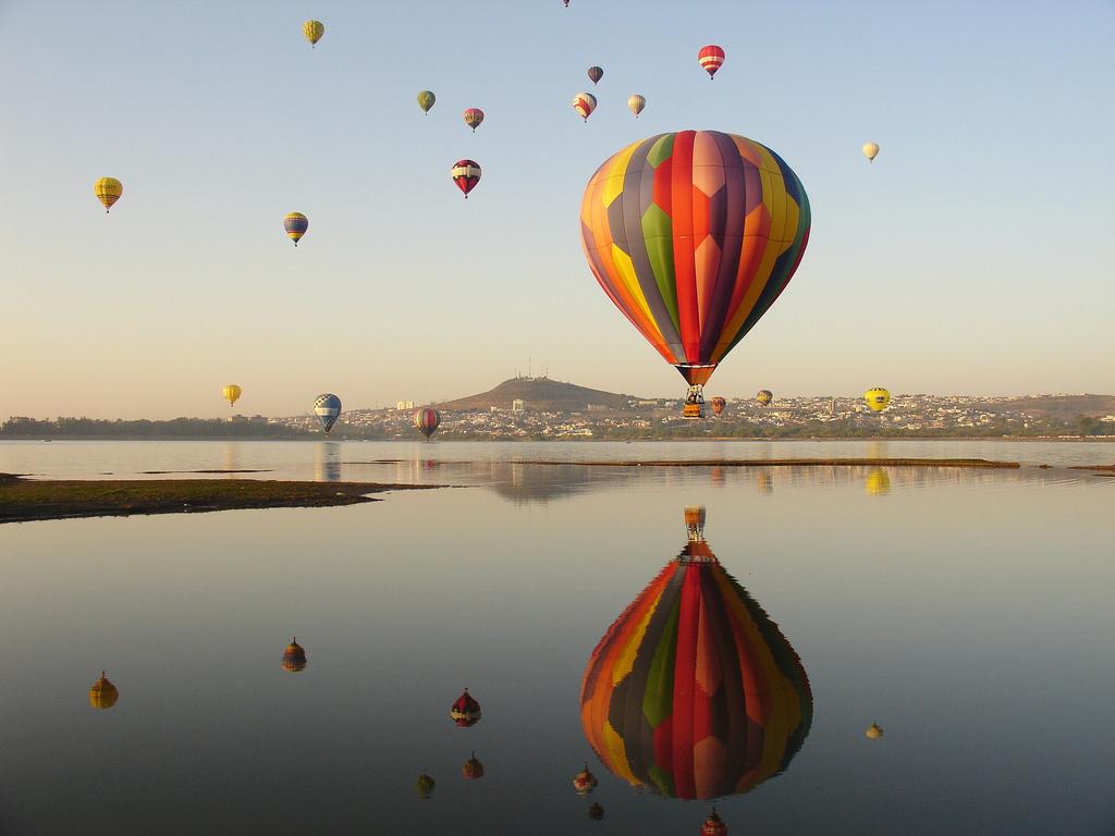 globos aeróestaticos volando en el Parque Metropolitano